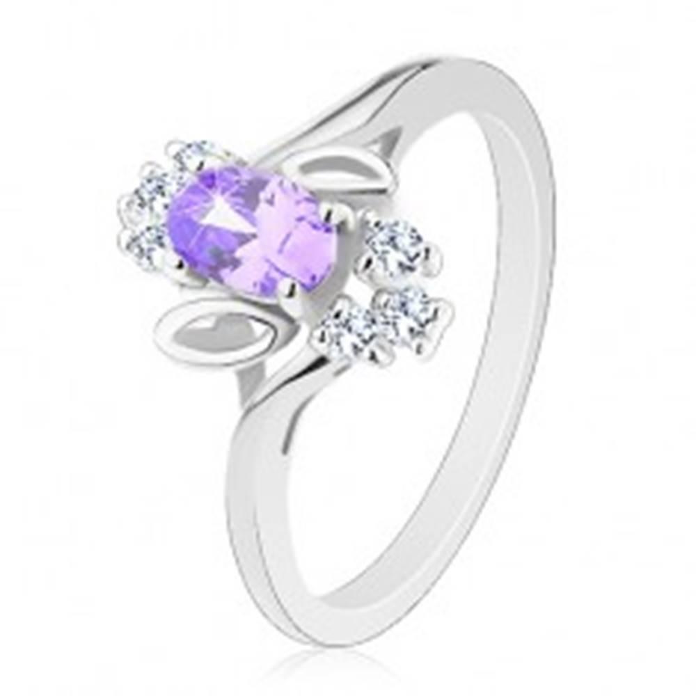 Šperky eshop Trblietavý prsteň, svetlofialový oválny zirkón, lístočky, číre zirkóniky - Veľkosť: 51 mm