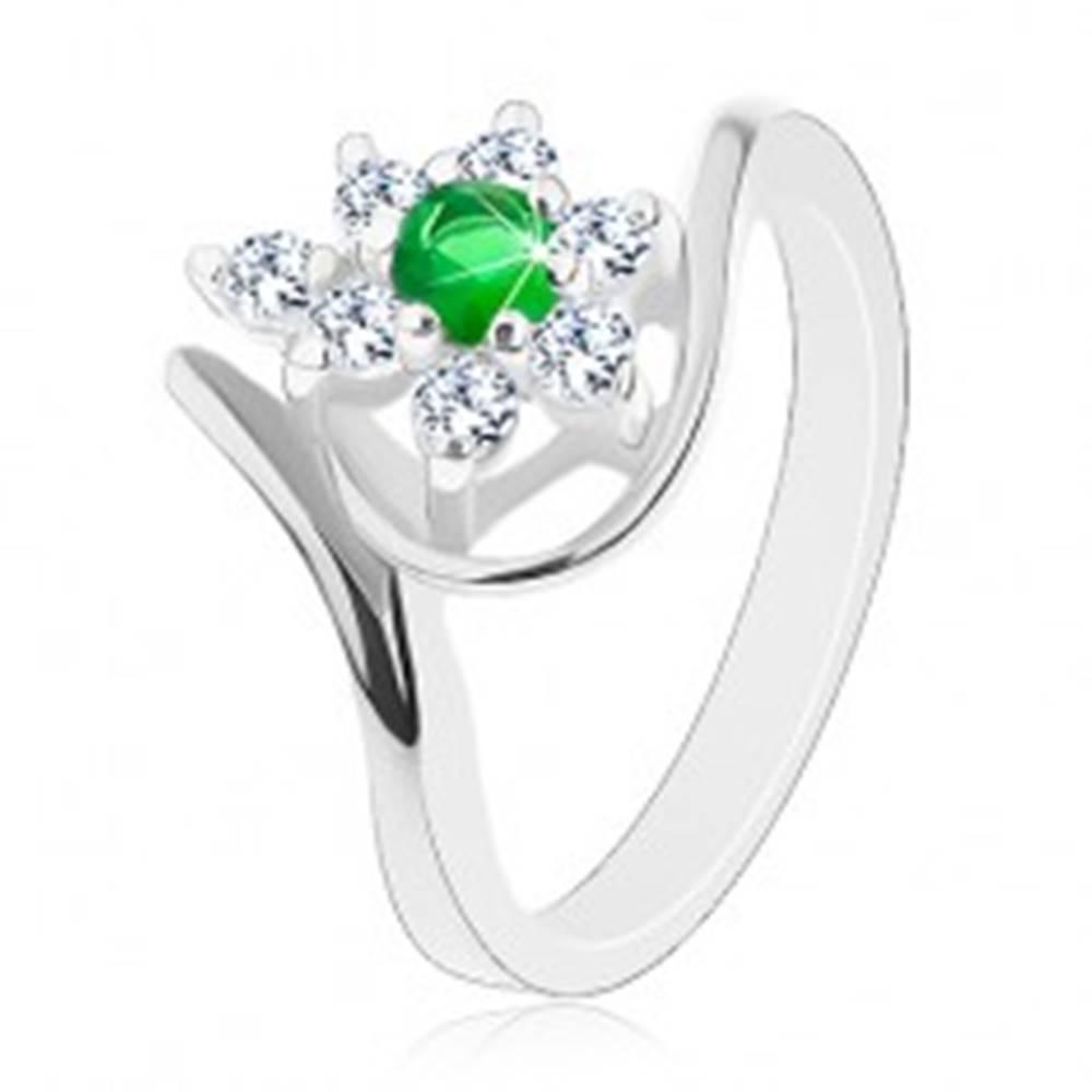 Šperky eshop Trblietavý prsteň v striebornej farbe, tmavozelený kvietok s čírymi lupienkami - Veľkosť: 49 mm