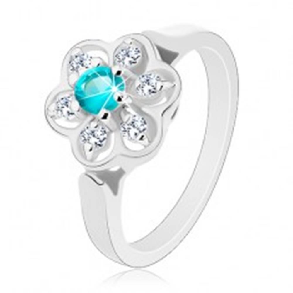 Šperky eshop Trblietavý prsteň zdobený čírym kvietkom so zirkónom svetlomodrej farby - Veľkosť: 51 mm