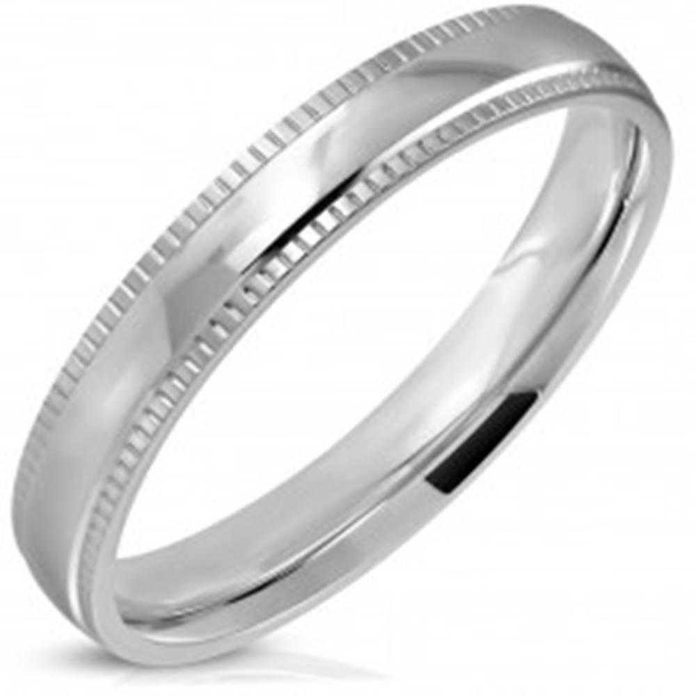 Šperky eshop Prsteň z ocele 316L, strieborný odtieň, lesklý stred a vrúbkované okraje, 4 mm - Veľkosť: 52 mm
