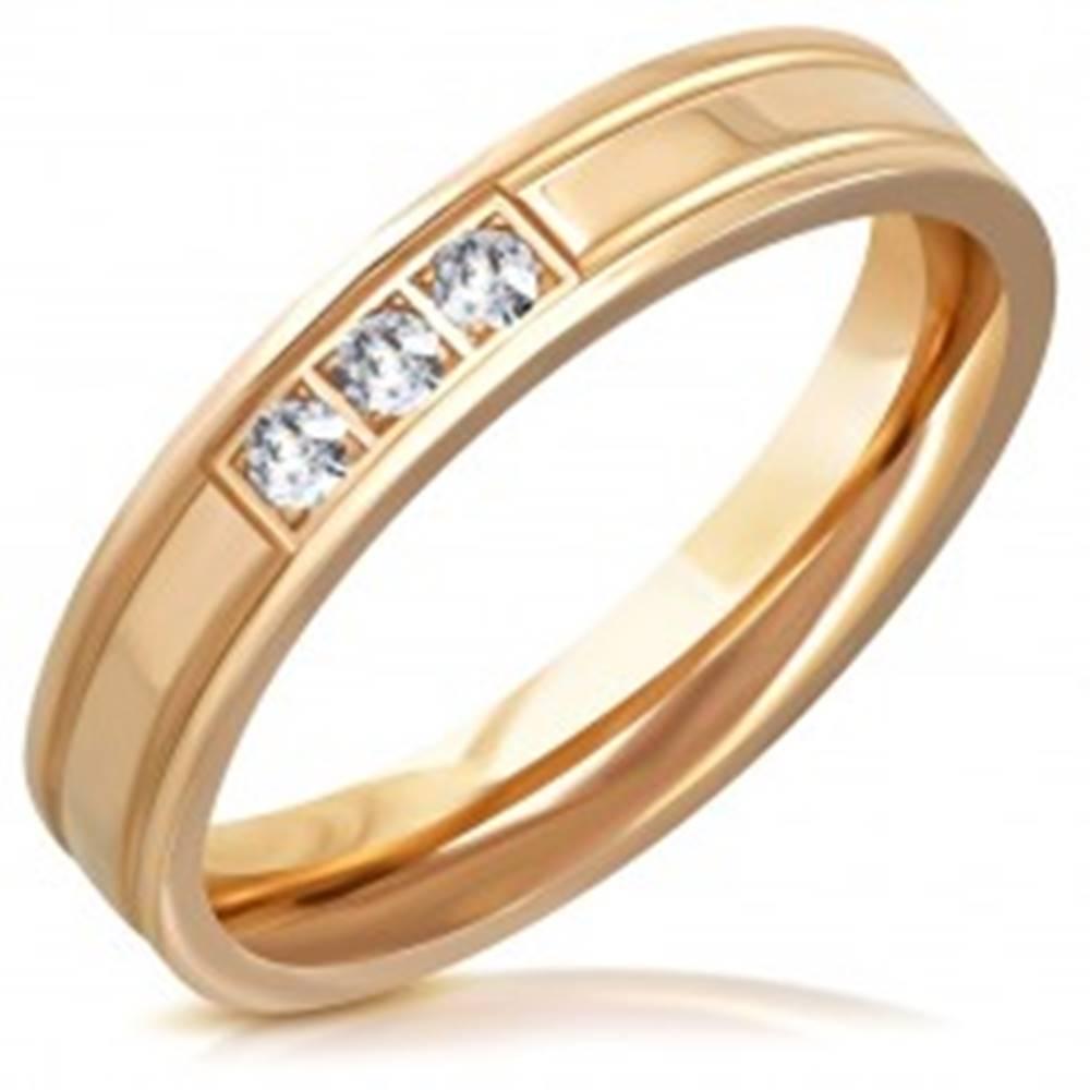 Šperky eshop Lesklá oceľová obrúčka v medenom odtieni - dva zárezy, tri číre zirkóny, 4 mm - Veľkosť: 47 mm
