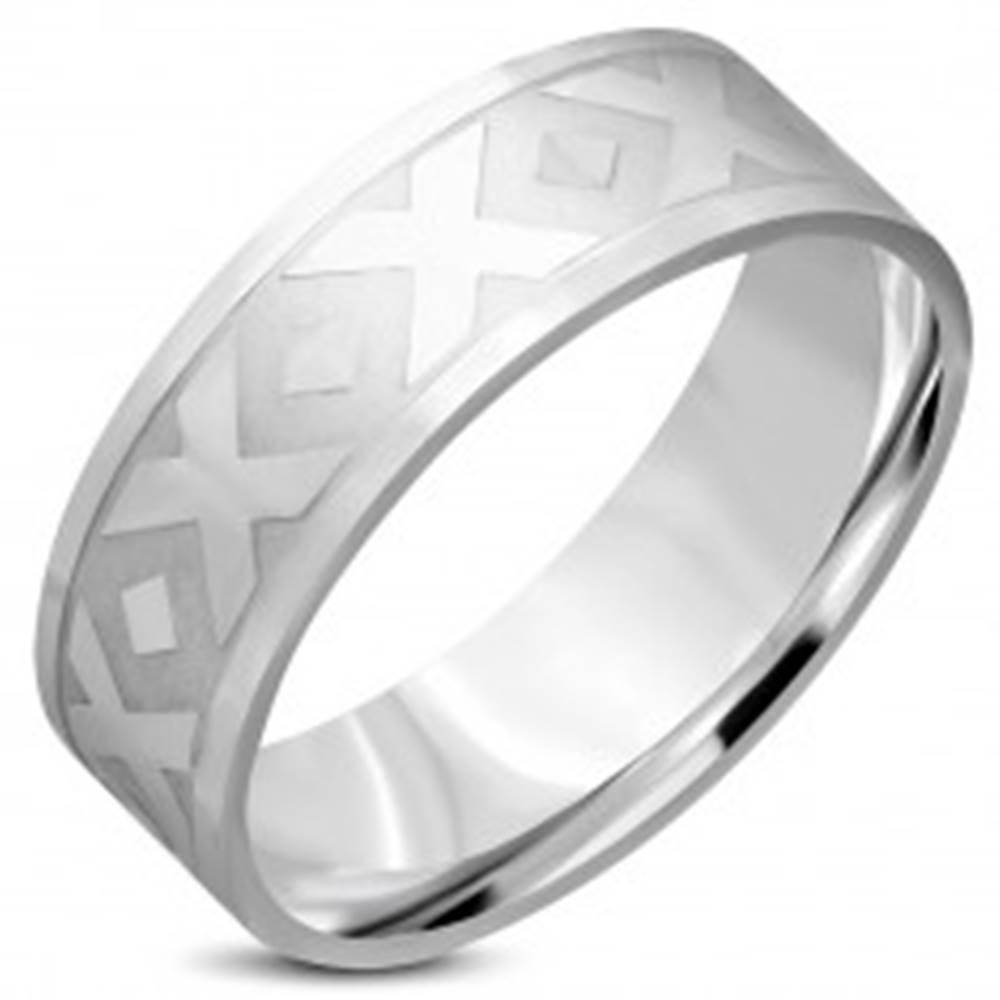 """Šperky eshop Obrúčka striebornej farby z chirurgickej ocele - motív """"X"""", kosoštvorce, 8 mm - Veľkosť: 55 mm"""