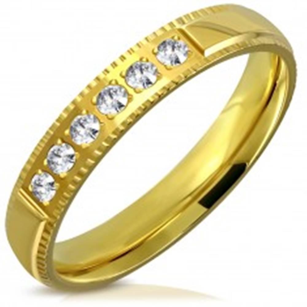 Šperky eshop Obrúčka z ocele v zlatom farebnom odtieni - ozdobné hrany, šesť zirkónikov, 4 mm - Veľkosť: 49 mm