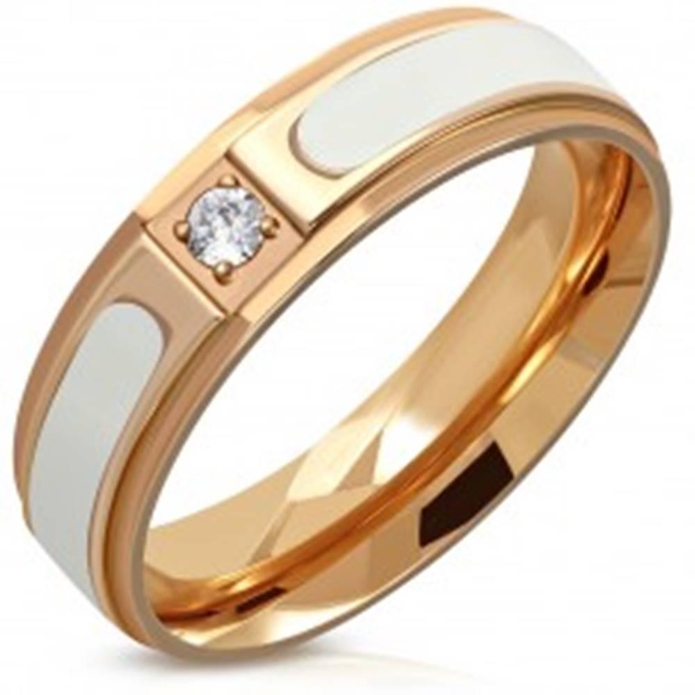 Šperky eshop Oceľový prsteň medenej farby - biely pás, znížené hrany, číry okrúhly zirkón, 6 mm - Veľkosť: 54 mm