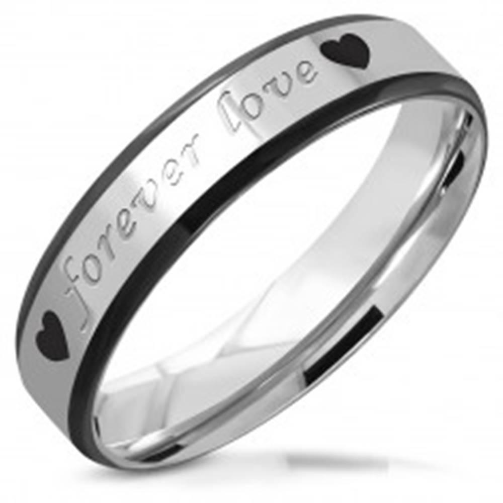 """Šperky eshop Oceľová obrúčka - nápis """"forever love"""" a srdiečka, čierne skosené hrany, 5 mm - Veľkosť: 51 mm"""