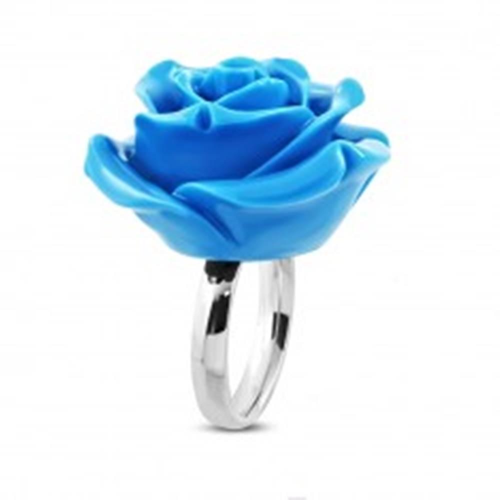 Šperky eshop Prsteň z chirurgickej ocele - ruža v rozkvete, lesklá modrá živica - Veľkosť: 49 mm