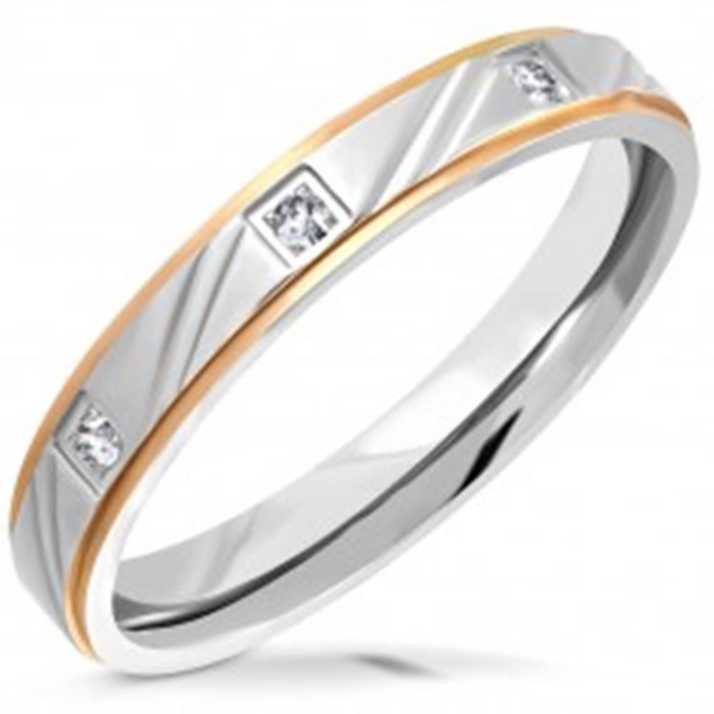 Šperky eshop Dvojfarebná oceľová obrúčka - matný pás so zárezmi, znížené hrany, zirkóny, 3,5 mm - Veľkosť: 52 mm