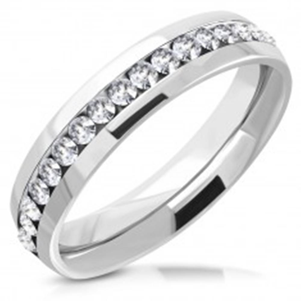 Šperky eshop Lesklý prsteň z chirurgickej ocele s trblietavým zirkónovým pásom uprostred - Veľkosť: 49 mm
