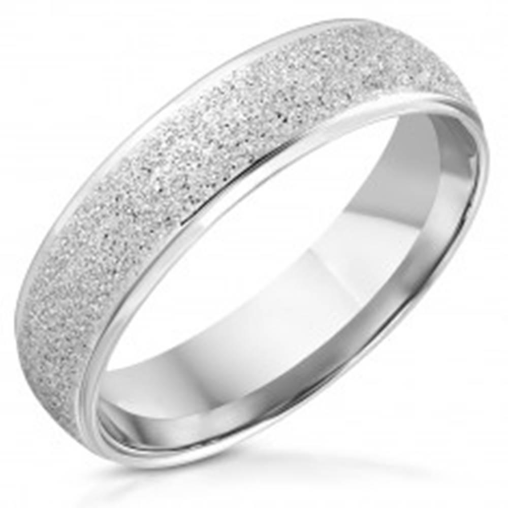 Šperky eshop Prsteň z nehrdzavejúcej ocele - lesklé hrany, trblietavý pieskovaný pás - Veľkosť: 54 mm