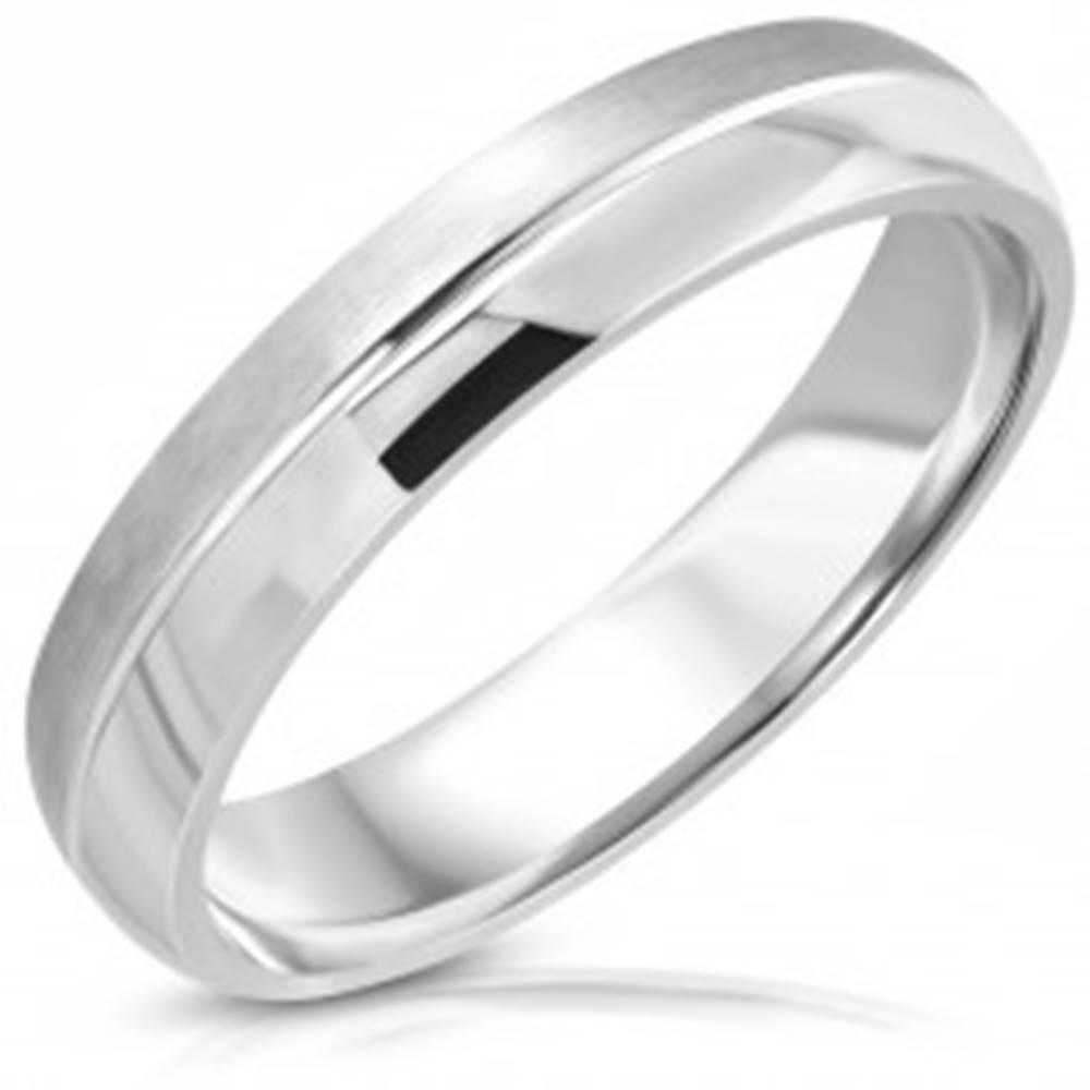 Šperky eshop Prsteň z nehrdzavejúcej ocele, matný a lesklý pás, stredový zárez - Veľkosť: 47 mm