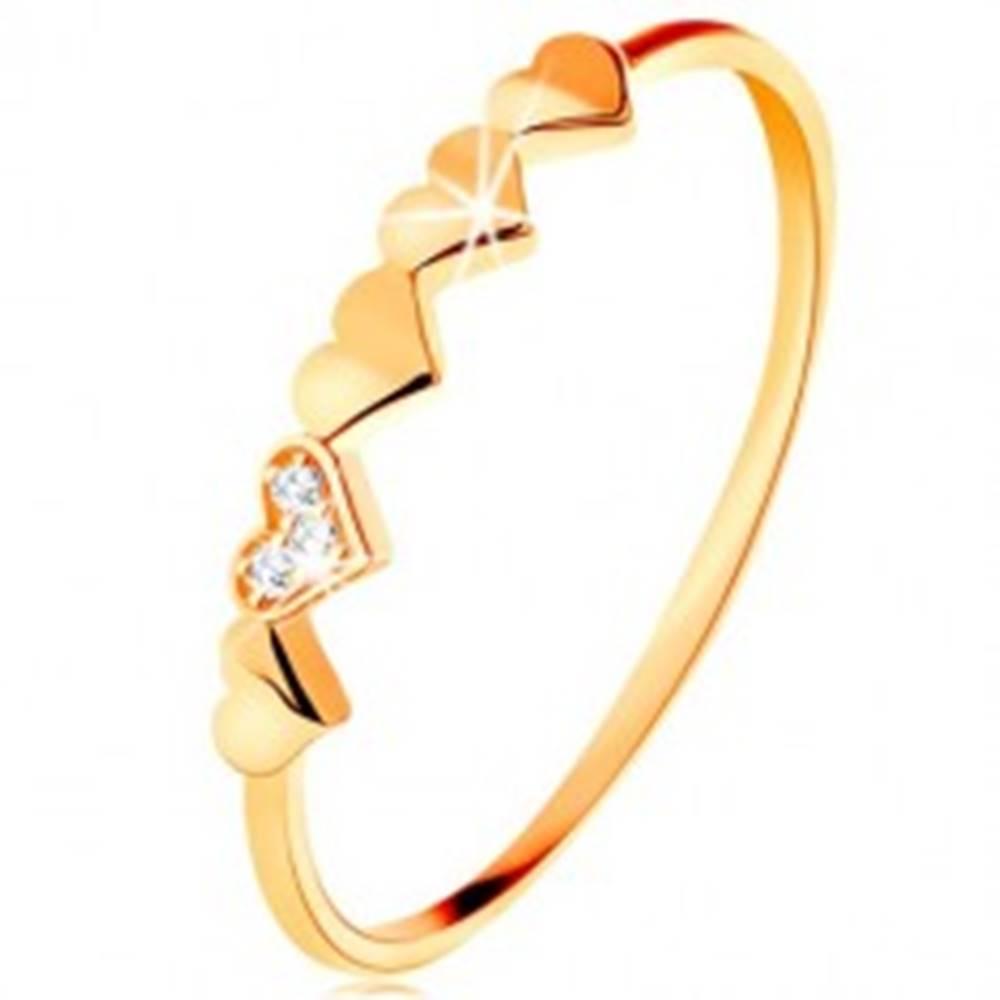 Šperky eshop Prsteň v 9K žltom zlate - malé ligotavé srdiečka, číre zirkóniky - Veľkosť: 49 mm