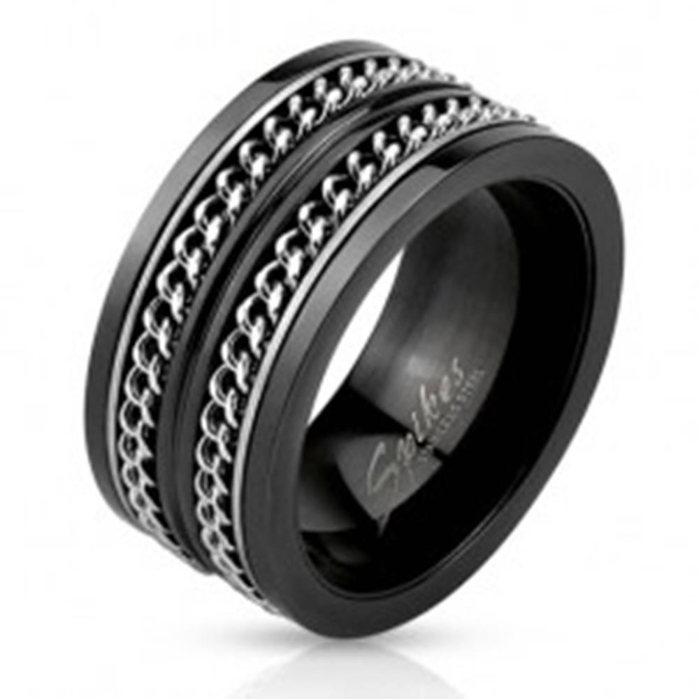Šperky eshop Čierna oceľová obrúčka, dve retiazky striebornej farby - Veľkosť: 59 mm