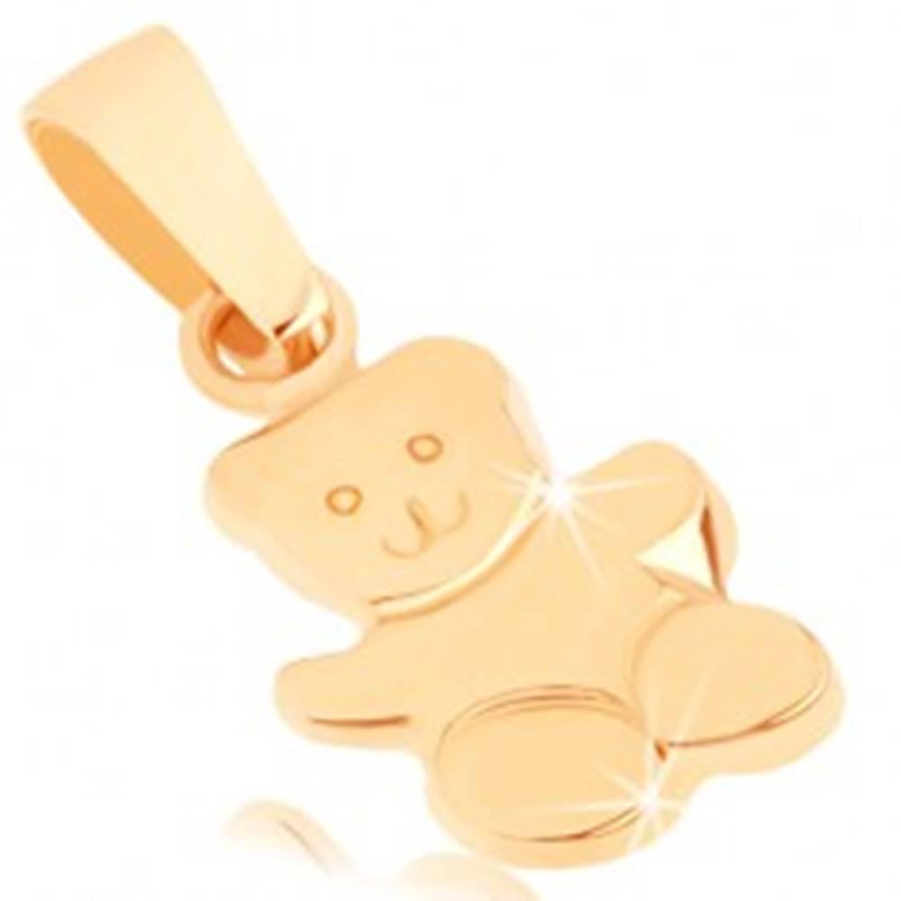 Šperky eshop Zlatý prívesok 375 - lesklý mávajúci macko, gravírované detaily tváre