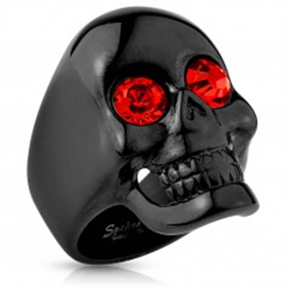 Šperky eshop Masívny oceľový prsteň čiernej farby, lebka, červené zirkóny, vysoký lesk - Veľkosť: 59 mm