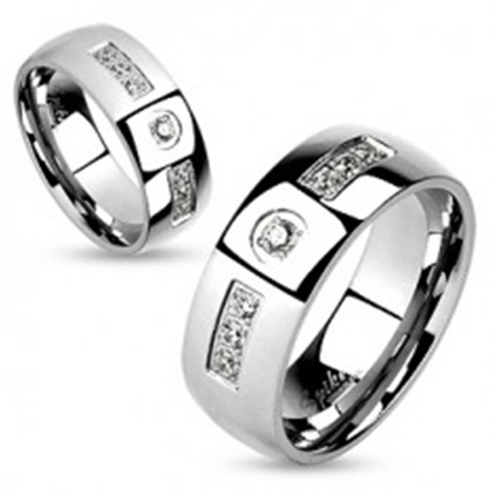 Šperky eshop Oceľový prsteň, strieborná farba, lesklé hladké ramená, číre zirkóniky - Veľkosť: 59 mm