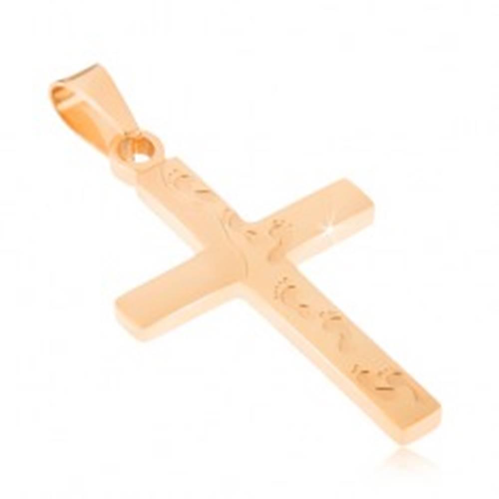 Šperky eshop Oceľový prívesok zlatej farby, kríž s gravírovanými odtlačkami nôh