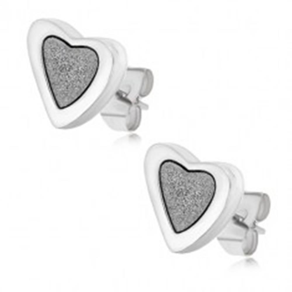 Šperky eshop Puzetové náušnice z ocele, nesúmerné srdcia s pieskovaným stredom
