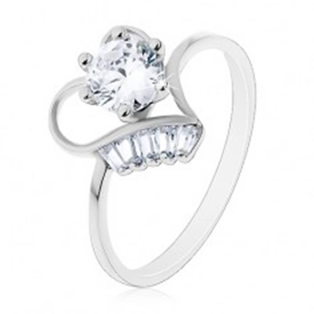 Šperky eshop Prsteň zo striebra 925, vystupujúci číry zirkón v obryse srdiečka, malé lichobežníky - Veľkosť: 50 mm