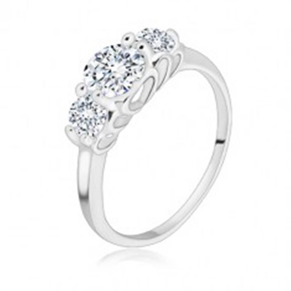 Šperky eshop Strieborný 925 prsteň - tri okrúhle trblietavé zirkóny, srdiečkové výrezy - Veľkosť: 49 mm