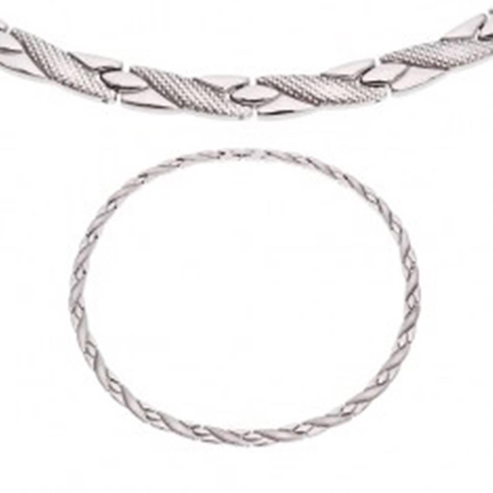 Šperky eshop Oceľový náhrdelník, šikmé línie s hadím vzorom, strieborný odtieň, magnety