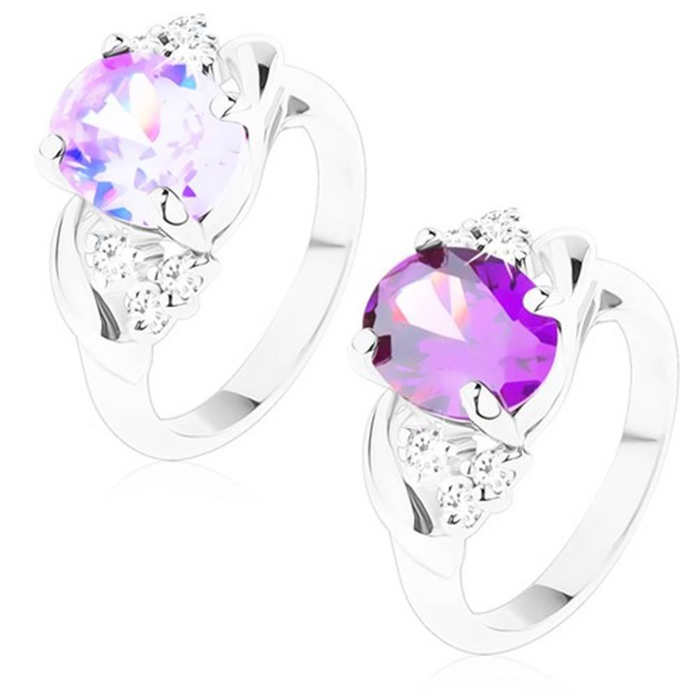 Šperky eshop Prsteň s lesklými ramenami, brúsený ovál, trojice čírych okrúhlych zirkónikov - Veľkosť: 49 mm, Farba: Svetlofialová
