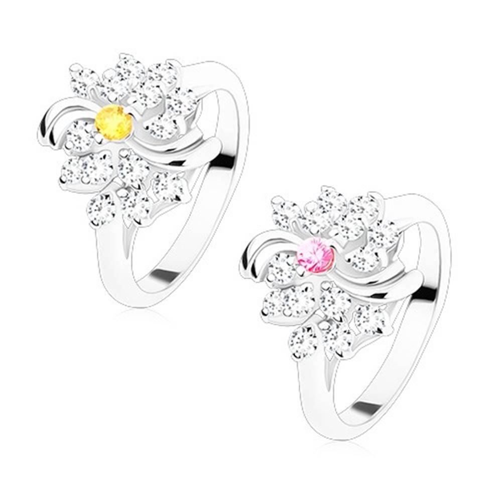 Šperky eshop Prsteň v striebornom odtieni, číry kvietok s farebným stredom, lesklé oblúky - Veľkosť: 49 mm, Farba: Žltá