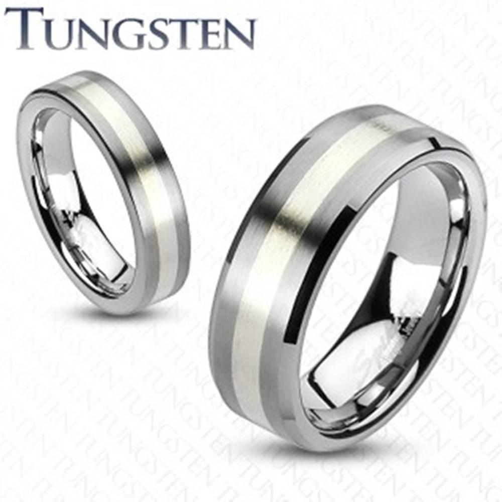 Šperky eshop Wolfrámový prsteň - matný šedý s pásom striebornej farby - Veľkosť: 49 mm, Šírka: 8 mm