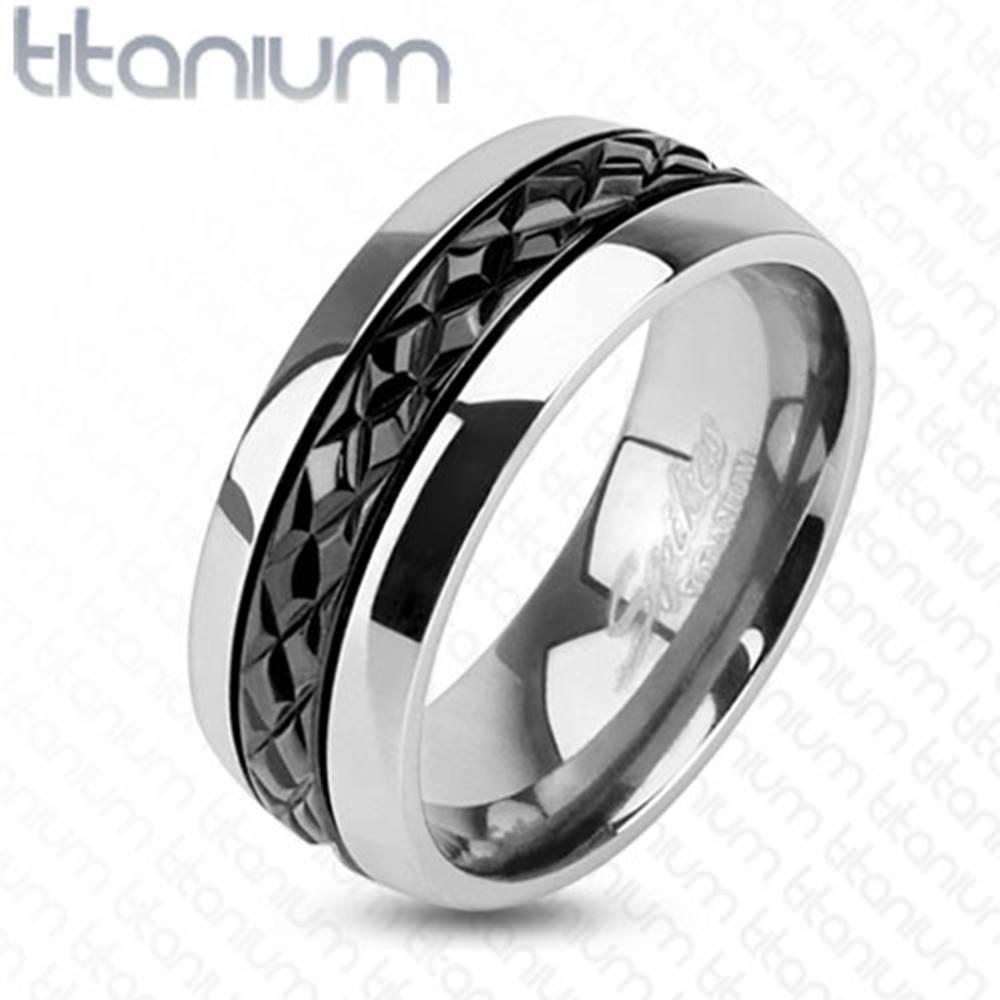 Šperky eshop Lesklá titánová obrúčka striebornej farby, priečne zárezy na čiernom páse, 8 mm - Veľkosť: 60 mm
