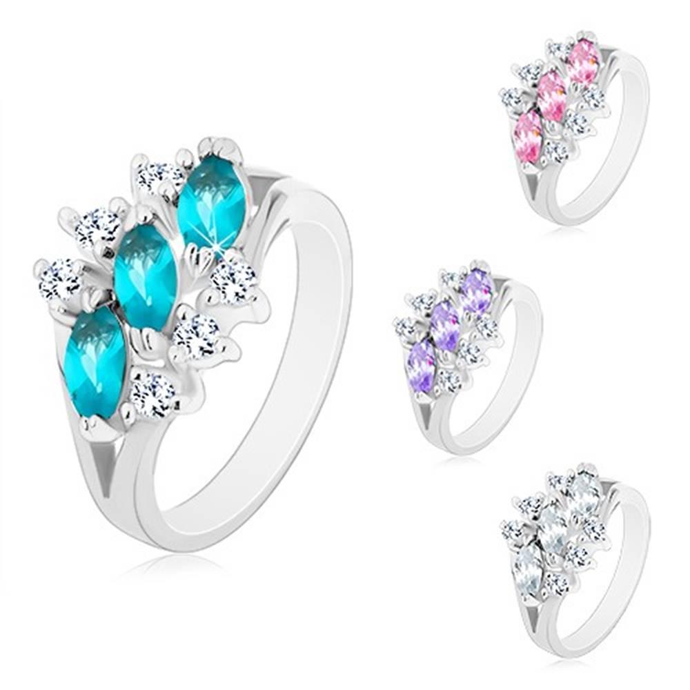 Šperky eshop Lesklý prsteň v striebornom odtieni, tri zirkónové zrnká, číre zirkóniky - Veľkosť: 49 mm, Farba: Číra