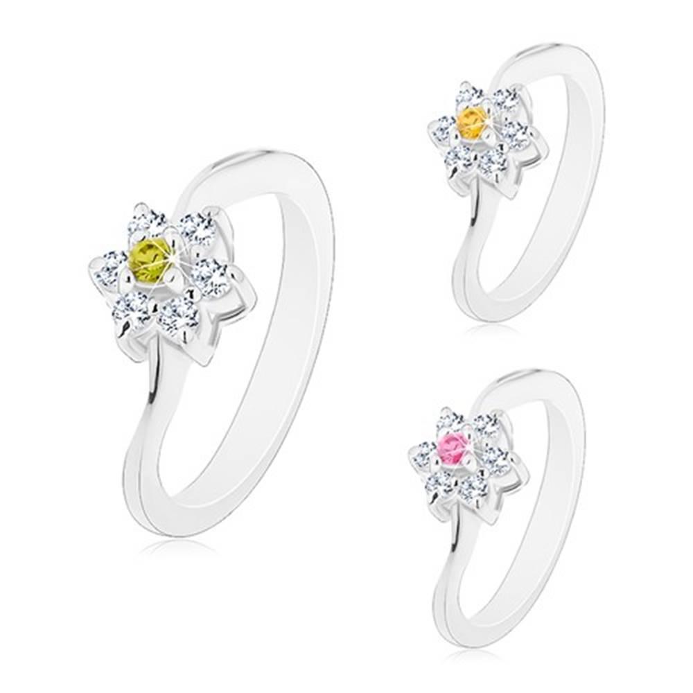 Šperky eshop Prsteň s úzkymi zvlnenými ramenami, kvietok s farebným stredom - Veľkosť: 49 mm, Farba: Žltá