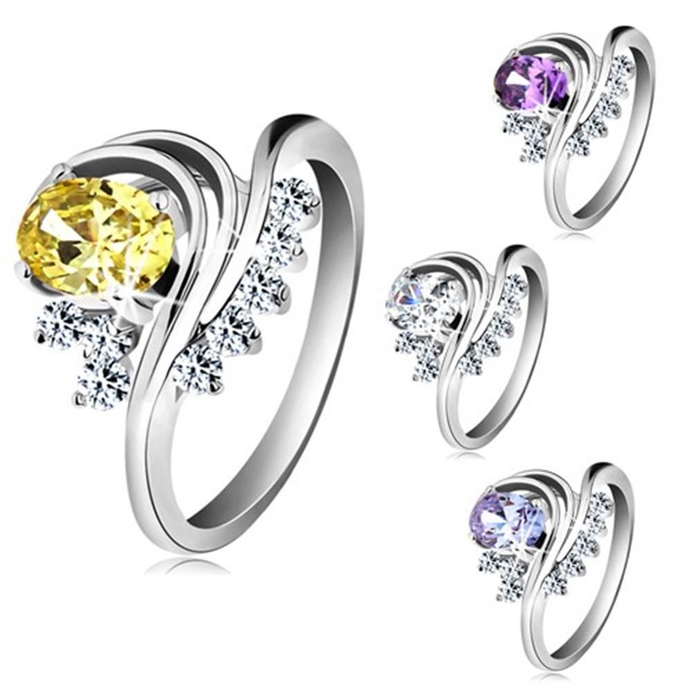 Šperky eshop Prsteň v striebornom odtieni, farebný oválny zirkón, stočené línie, číre zirkóniky - Veľkosť: 49 mm, Farba: Fialová